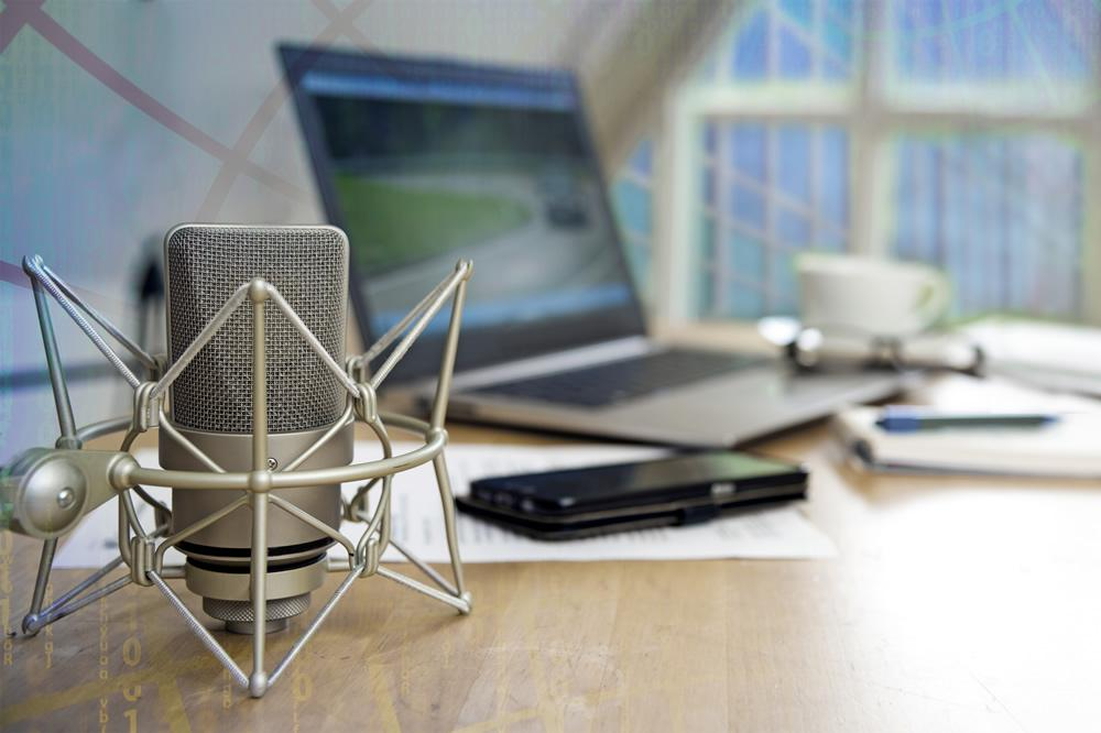 How to Connect a Condenser Microphone to a Laptop for Recording - desk -microphonebasics